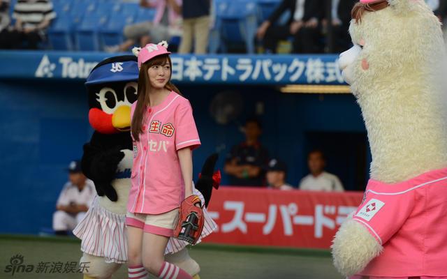白石麻衣為棒球賽開球穿粉衣可愛寫真照片